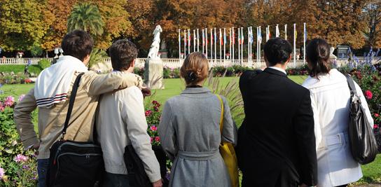 Étudiants étrangers au Jardin du Luxembourg à Paris